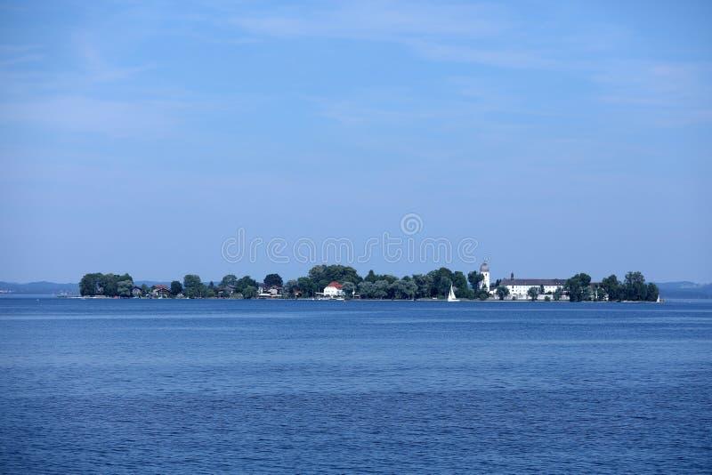 Mała wyspa po środku jeziora zdjęcia stock
