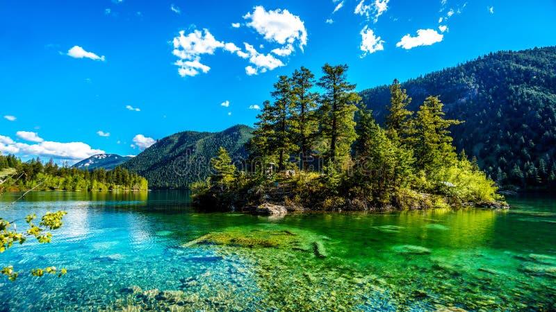 Mała wyspa po środku kryształu - jasnego nawadnia Pawilon jezioro w Marmurowym jaru prowincjonału parku, kolumbiowie brytyjska zdjęcia royalty free