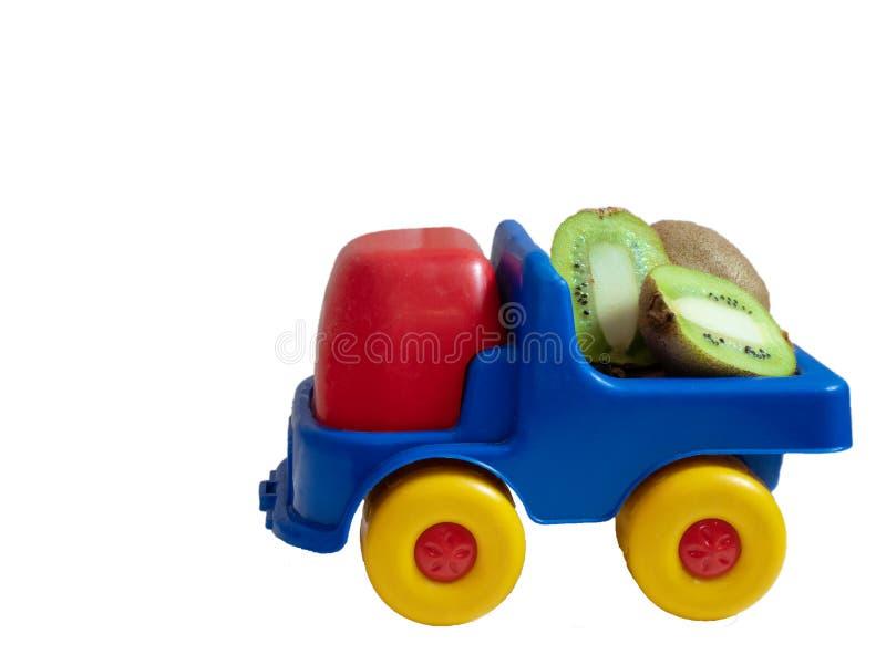 Mała zabawkarska samochód ciężarówka z kiwi owoc fotografia stock