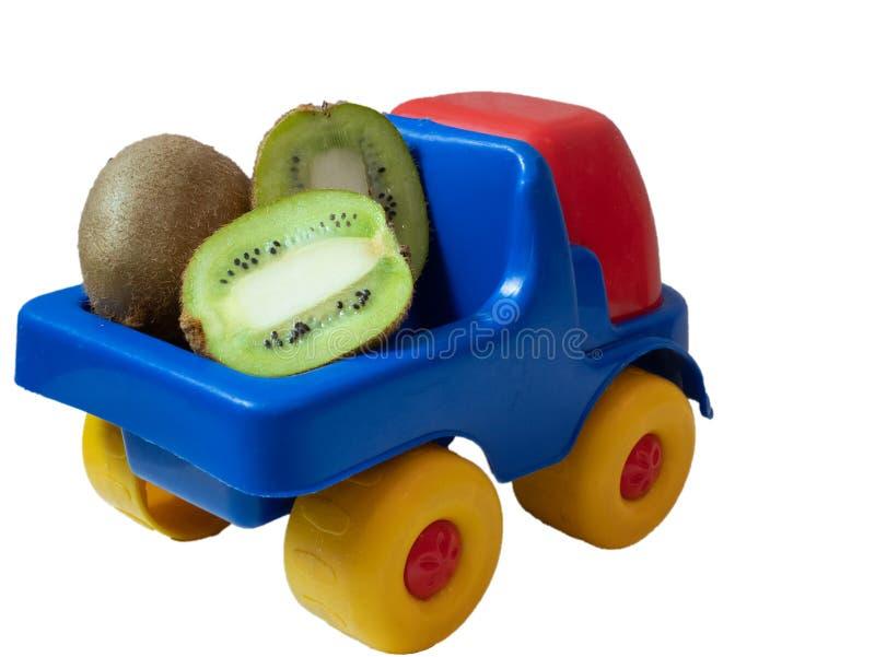 Mała zabawkarska samochód ciężarówka z kiwi owoc zdjęcie stock