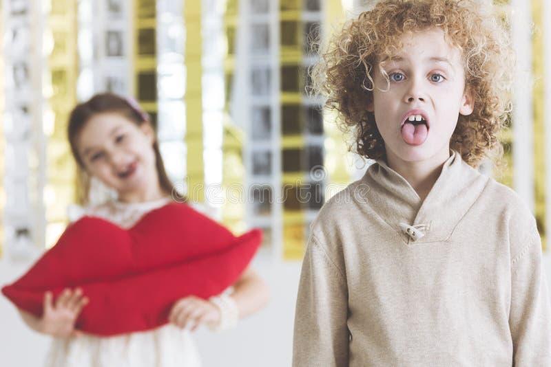 Mała zdegustowana chłopiec zdjęcie stock