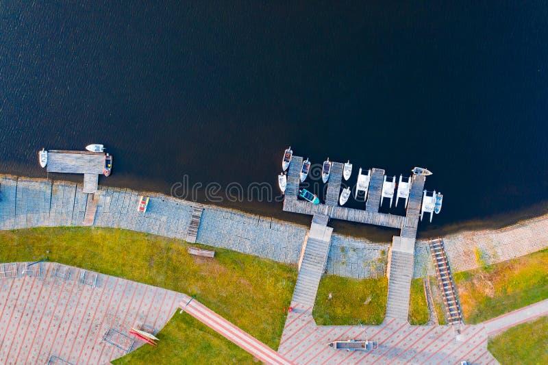 Małe łódki i jachty parkujący wzdłuż brzeg w wioślarskim kanale obraz stock