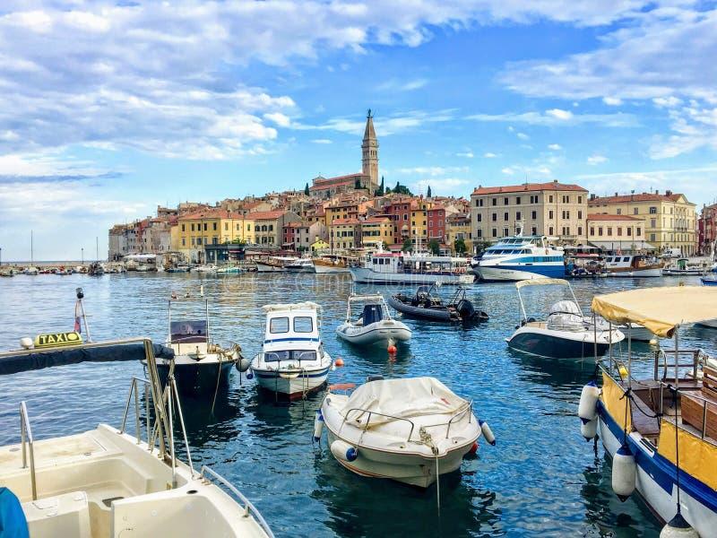 Małe łódki pakowali w zatoce na pięknym letnim dniu w Rovinj, Chorwacja na Istria półwysepie zdjęcie royalty free