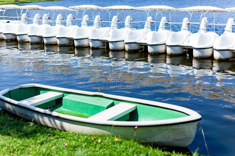Małe łódki unosi się na błękitne wody w jawnym parku obraz stock