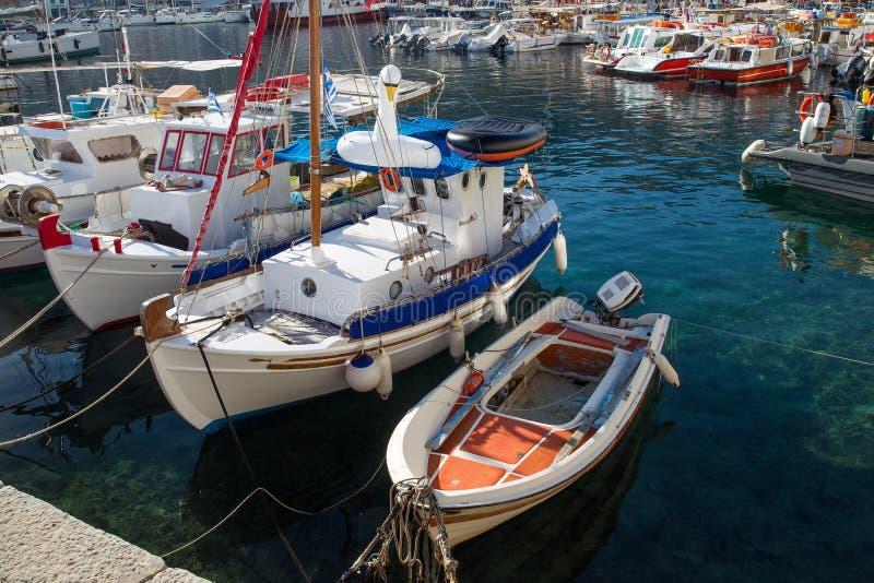 Małe łódki w schronienie hydrze obrazy stock