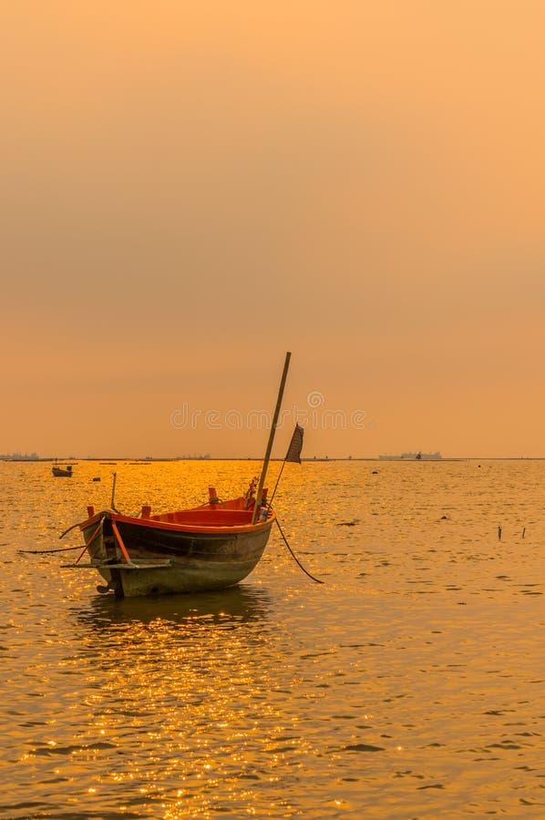 Małe łodzie rybackie na morzu podczas zmierzchu i chmur zdjęcia stock