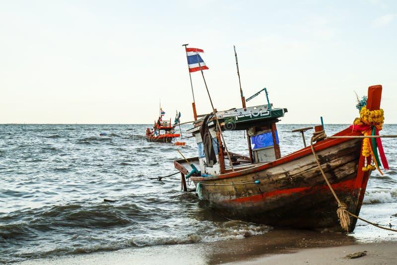 Małe łodzie rybackie na plaży zdjęcie stock