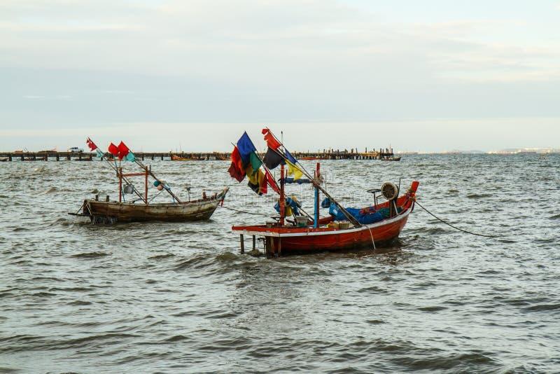 Małe łodzie rybackie na plaży zdjęcia stock