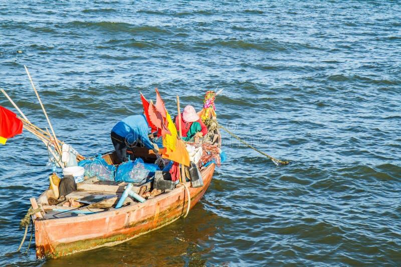 Małe łodzie rybackie na plaży fotografia stock