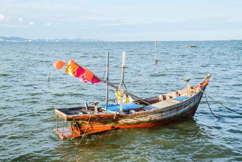 Małe łodzie rybackie na plaży zdjęcie royalty free