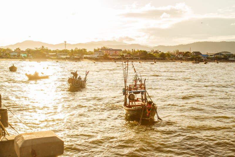 Małe łodzie rybackie na plaży obraz royalty free