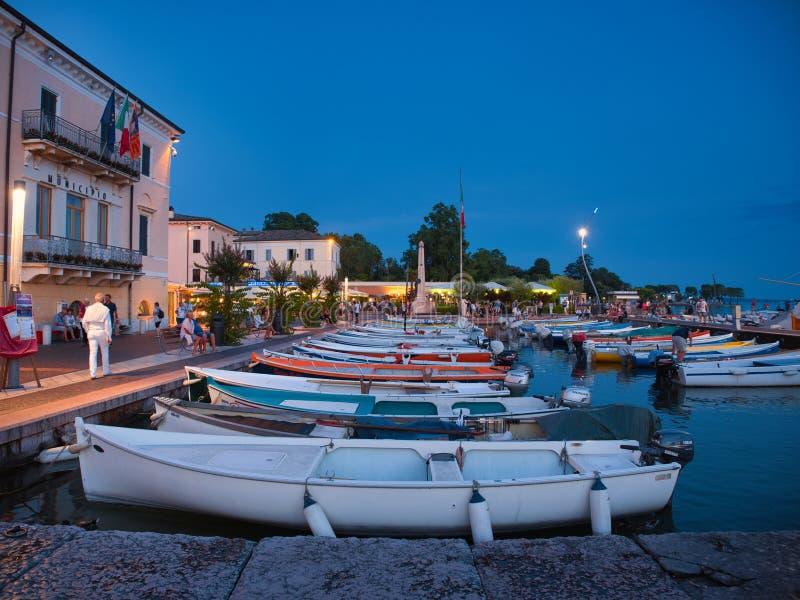 Małe łodzie rybackie zakotwiczali w marina miasteczko Bardolino na brzeg Jeziorny Garda zdjęcia stock