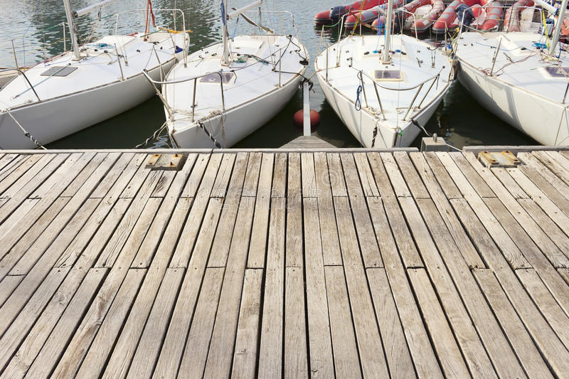 Download Małe żeglowanie łodzie W Jetty Zdjęcie Stock - Obraz złożonej z arkana, jachty: 53783826