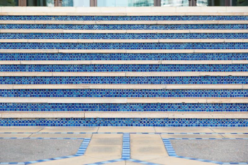 Małe błękit płytki na orientalnych schodkach meczet fotografia stock