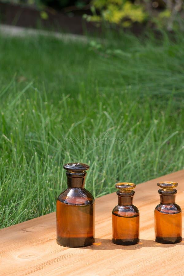 Download Małe Brown Butelki Dalej Booden Deskę I Trawy Zdjęcie Stock - Obraz złożonej z medycyna, tło: 57655466