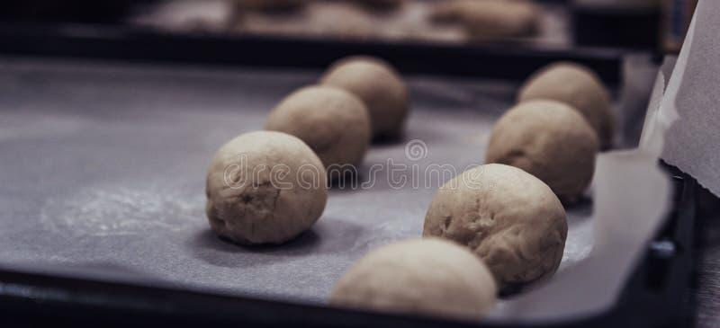 Małe Chlebowego ciasta piłki Umieszczać na kucharstwie Tapetują na niecce - Przygotowywającej Piec, kuchnia set zdjęcie royalty free