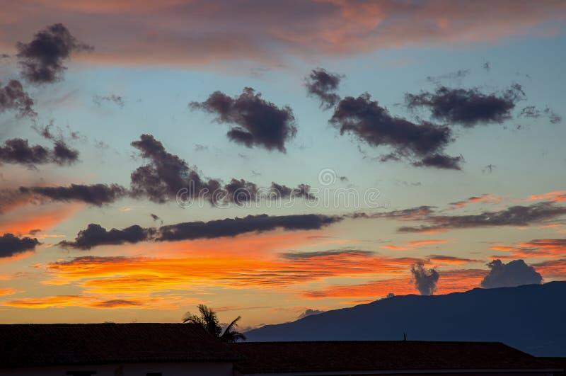 Małe czarne chmury przechodzi obok zdjęcie stock