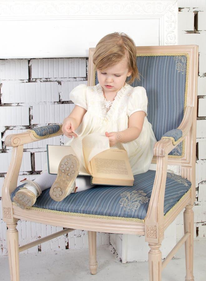 małe czytanie książki dziewczyny zdjęcie stock