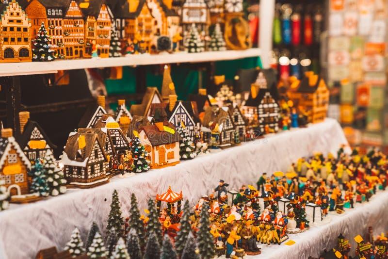 Małe drzewo zabawki, carousel i inny, rzeźbią Nowy rok wigilia ducha zdjęcie stock