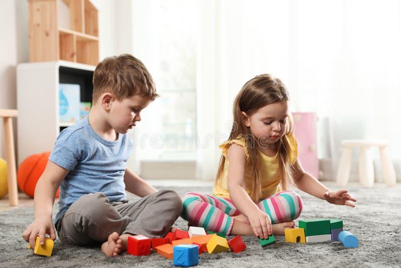 Małe dzieci bawić się z kolorowymi blokami obraz royalty free