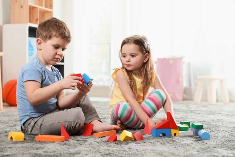Małe dzieci bawić się z kolorowymi blokami zdjęcie royalty free