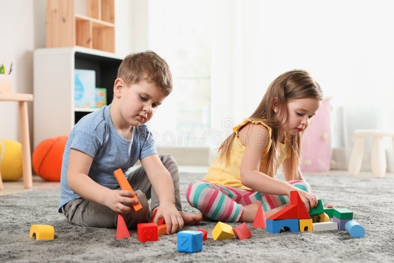 Małe dzieci bawić się z kolorowymi blokami obraz stock