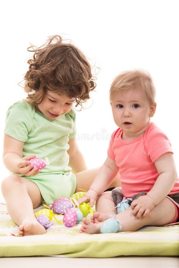 Małe dzieci bawić się z Wielkanocnymi jajkami zdjęcia royalty free