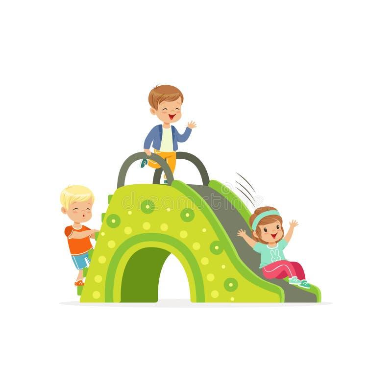 Małe dzieci, dwa chłopiec i dziewczyna bawić się na kolorowym obruszeniu przy boiskiem, Kreskówek dzieci płascy charaktery ilustracji