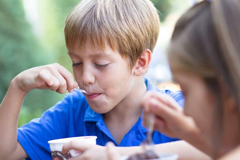Małe dzieci je lody zdjęcie stock