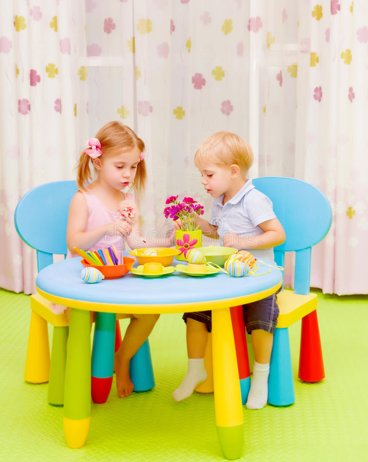 Małe dzieci maluje Wielkanocnych jajka obraz royalty free