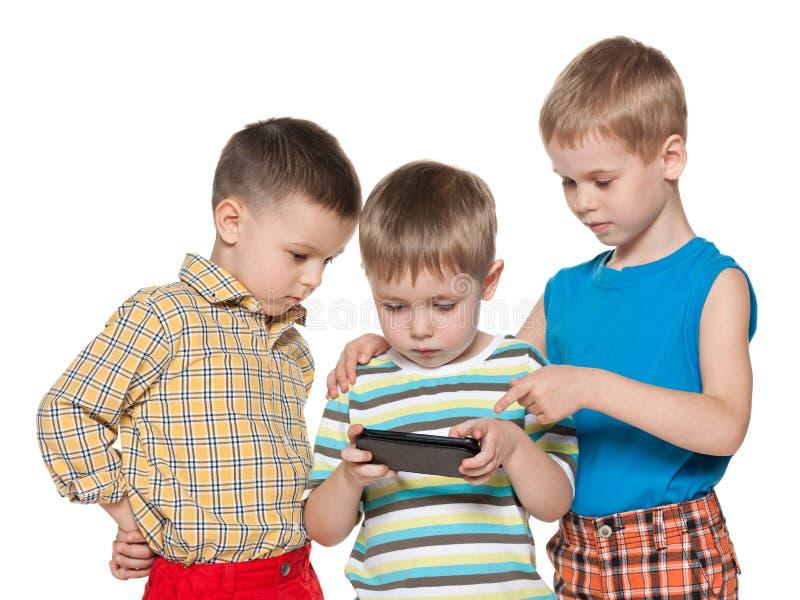 Małe dzieci plaing z smartphone zdjęcie royalty free