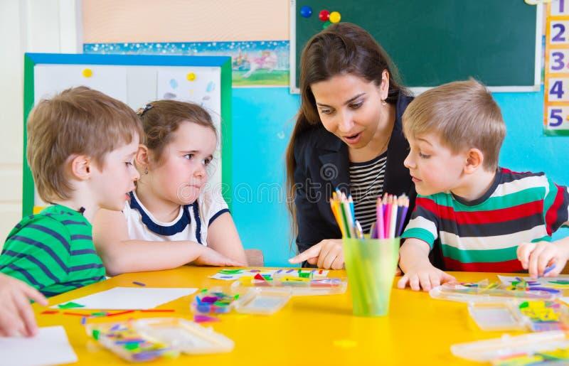 Małe dzieci przy aplikacyjną lekcją fotografia royalty free