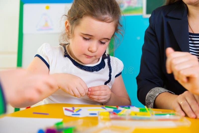 Małe dzieci przy aplikacyjną lekcją obrazy royalty free