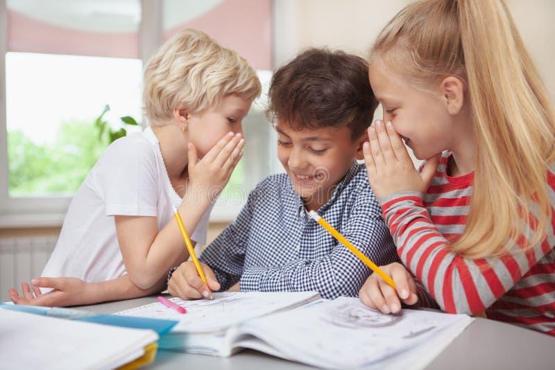Małe dzieci rysuje przy szkoły podstawowej sztuki klasą zdjęcia stock