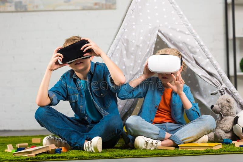 małe dzieci używa rzeczywistość wirtualna słuchawki zbliżają wigwam obrazy royalty free