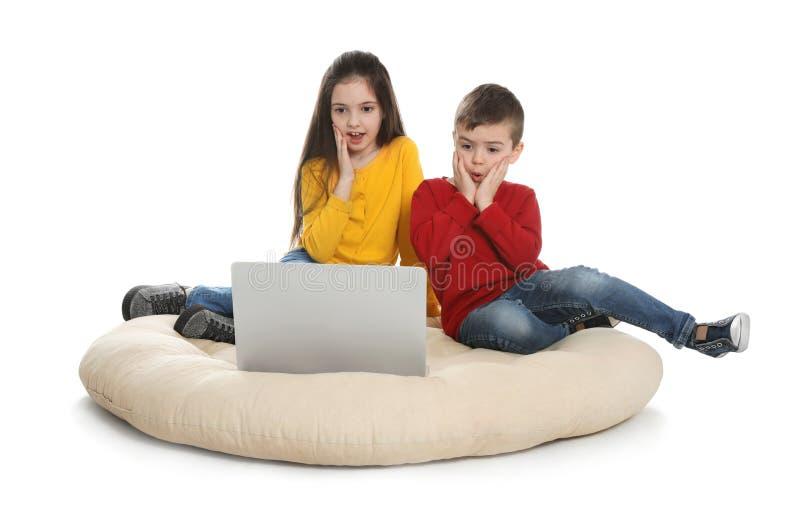 Małe dzieci używa wideo gadkę na laptopie fotografia royalty free