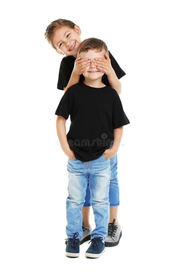 Małe dzieci w koszulkach na białym tle fotografia stock
