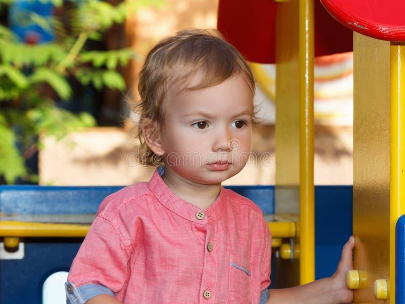 Małe dziecko aktywność, opowieści rodziny gry szczęśliwego dziecka grać fotografia royalty free