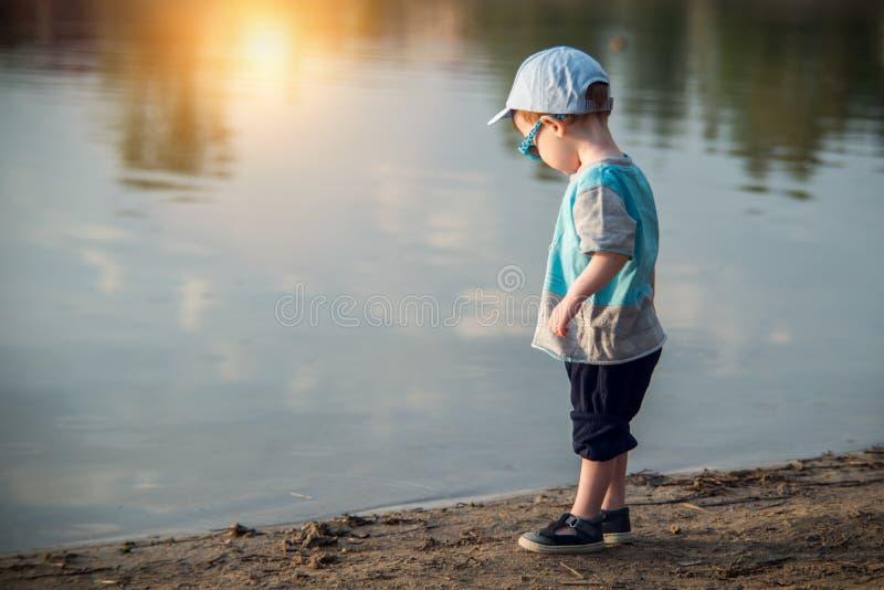 Małe dziecko blisko jeziora obraz stock