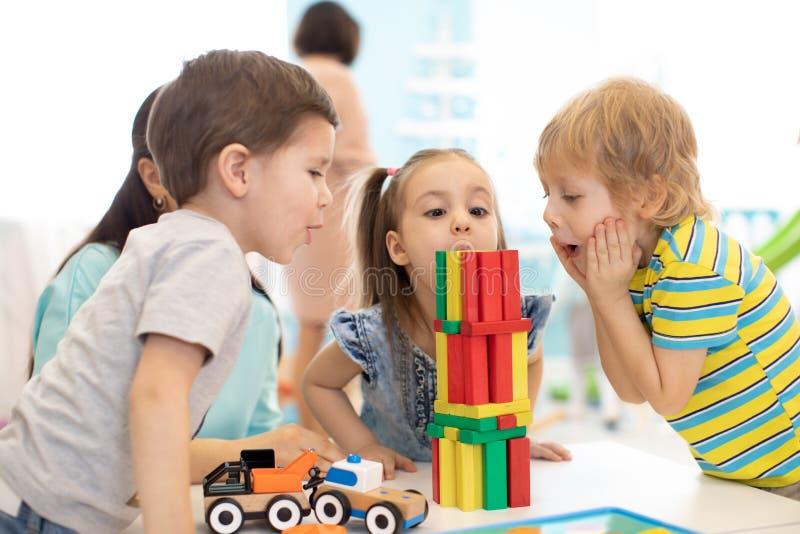 Małe dziecko budowy bloku zabawki lub daycare w domu Emocjonalni dzieciaki bawić się z kolorów blokami Edukacyjne zabawki dla obrazy royalty free