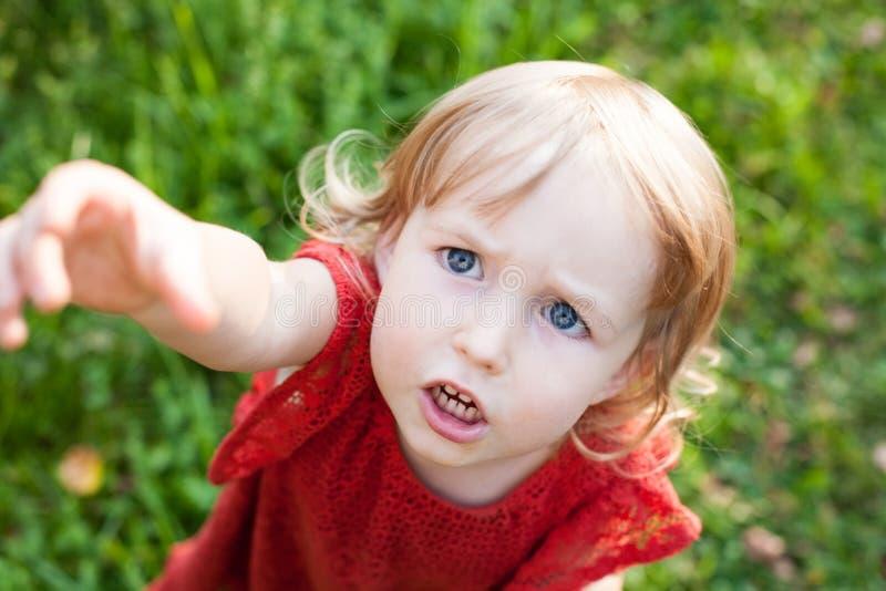 Małe dziecko caucasian dziewczyny twarzy niespokojny zbliżenie obrazy royalty free