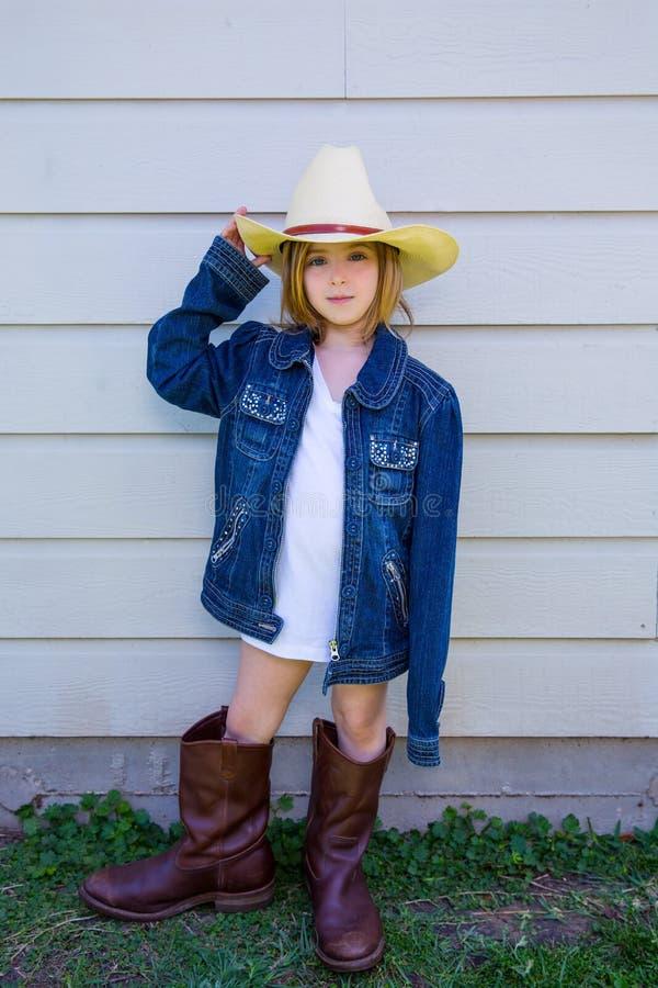Małe dziecko dziewczyna udaje być kowbojem obrazy stock