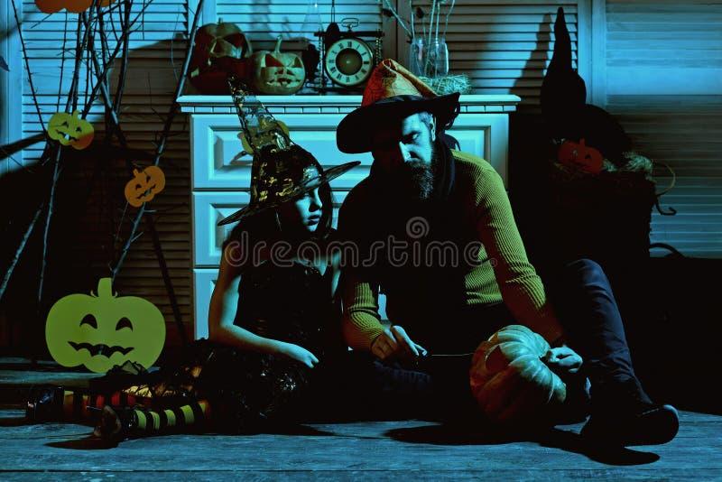 Małe dziecko i ojciec cieszymy się Halloween Małe dziecko i ojciec rzeźbimy bani dla Halloween przyjęcia Powitanie koszmar zdjęcia royalty free