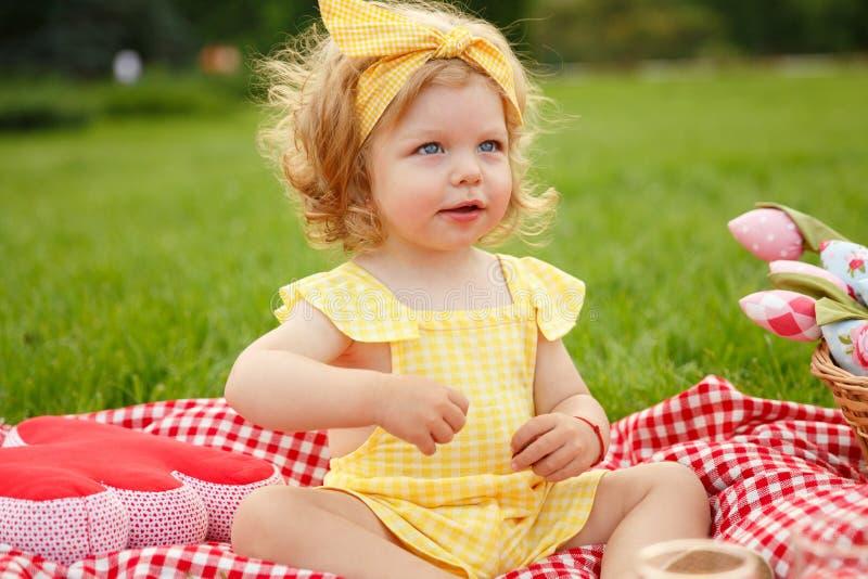 Małe dziecko na pinkinie w parku obraz royalty free