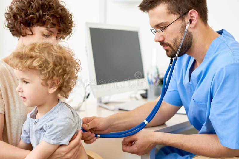 Małe Dziecko Odwiedza lekarkę obrazy stock