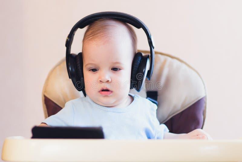 Małe dziecko ogląda kreskówkę na telefonie zdjęcia royalty free