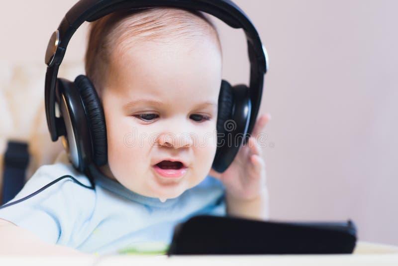 Małe dziecko ogląda kreskówkę na telefonie obrazy stock