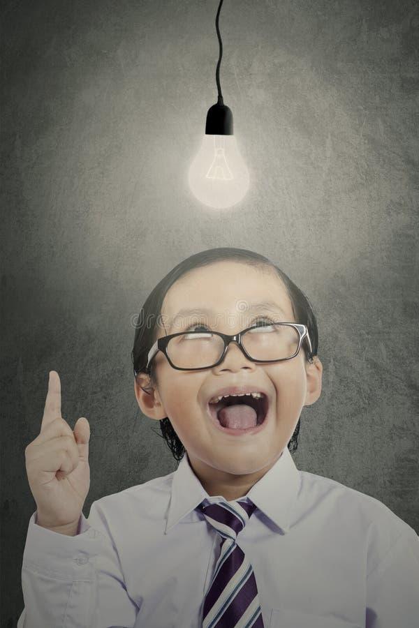 Małe dziecko patrzeje żarówkę obraz stock