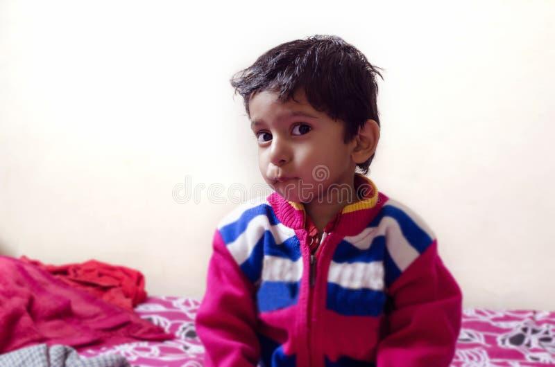 Małe dziecko patrzeje kamerę z wyrazem twarzy obraz stock