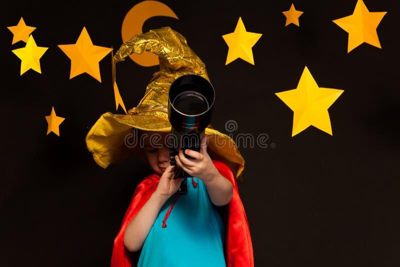 Małe dziecko patrzeje przez teleskopu zdjęcie royalty free